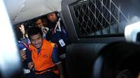 Rachmat Yasin masuk mobil tahanan dan ditahan di Rutan KPK yang terletak tidak jauh dari Gedung KPK (Liputan6.com/Faisal R Syam)