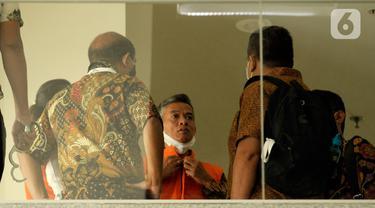 Mantan Komisioner KPU RI, Wahyu Setiawan (tengah) usai menjalani sidang dengan agenda dakwaan saat sidang online di Gedung KPK, Jakarta, Kamis (28/5/2020). Wahyu Setiawan diperiksa terkait dugaan menerima suap pengurusan PAW anggota DPR dari PDIP. (merdeka.com/Dwi Narwoko)