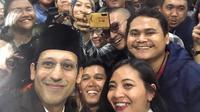 Mendikbud Nadiem Makarim berswafoto dengan sejumlah awak media usai upacara peringatan Hari Guru 2019. (Ady anugrahadi/Liputan6.com)