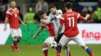 Bintang Argentina, Lionel Messi, berusaha melewati kepungan pemain Rusia pada laga persahabatan jelang Piala Dunia 2018 di Stadion Luzhniki, Moskow, Sabtu (11/11/2017). Rusia kalah 0-1 dari Argentina. (AP/Ivan Sekretarev)