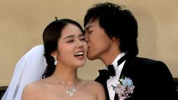 Yun Jung Hoon dan Han Ga In bertemu saat membintangi drama Yellow Handkerchief pada 2003 silam. Setelah itu, mereka memutuskan berkencan dan 2 tahun kemudian mereka pun menikah. (Foto: soompi.com)