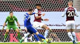 Pemain Leicester City, James Maddison, mencetak gol ke gawang Aston Villa pada laga Liga Inggris di Stadion Villa Park, Minggu (21/2/2021). Leicester City menang dengan skor 1-2. (AP Photo/Michael Regan, Pool)