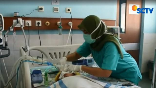 Sinta berumur 27 tahun yang merupkan sang ibu, terus duduk di samping Calista, di ruang ICU khusus anak RSUD Karawang.