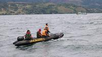 Pasukan elite dari TNI AL, Marinir menurunkan penyelam handal untuk mencari dan menyelamatkan korban tenggelamnya KM Sinar Baru. ( foto : Liputan6.com / Reza Perdana)
