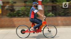 Mujahid (60) sedang gowes dengan sepeda listrik di kawasan Pondok Gede, Bekasi, Jawa Barat, (15/9/2020). Sepeda listrik sigma berkapasitas 1.000 watt tersebut mampu menempuh jarak 60 Km dengan harga perakitan sebesar Rp 10 Juta. (Liputan6.com/Herman Zakharia)
