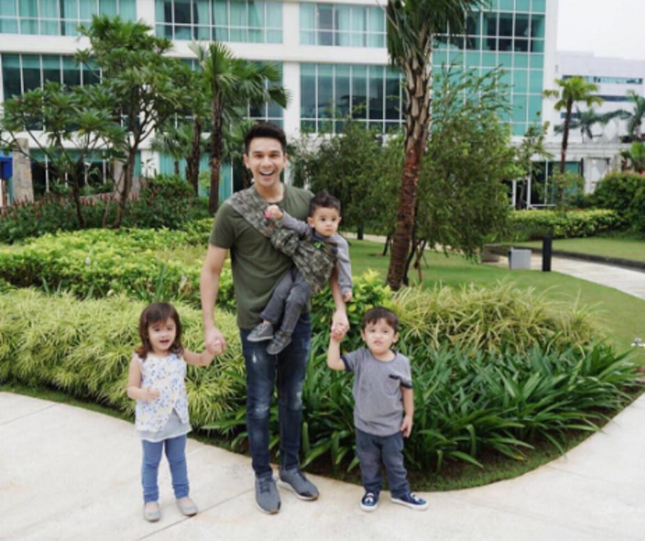 Jonathan Frizzy bersama tiga anaknya. (Instagram/ijonkfrizzy)