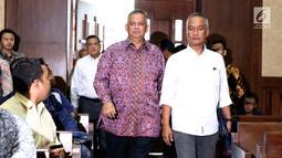 Dirut PT PLN Persero Sofyan Basir (tengah) bersiap menjadi saksi sidang dugaan suap pembangunan PLTU Riau-1 dengan terdakwa Idrus Marham di Pengadilan Tipikor, Jakarta, Selasa (12/2).(Liputan6.com/Helmi Fithriansyah)