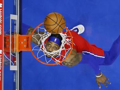Pebasket Philadelphia 76ers, Dwight Howard melihat bola yang masuk kedalam ring pada laga lanjutan NBA melawan LA Lakers di Wells Fargo Center Arena, Philadelphia, AS, Kamis (28/1/2021). (Foto: AP Photo/Matt Slocum)