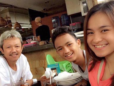 Potret kebersamaan Melati Daeva bersama keluarga ketika sedang makan bersama. Melati berhasil mengharumkan nama Indonesia dengan menjuarai France Open 2019. (Liputan6.com/IG/@melatidaeva)