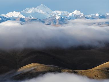 Foto yang diabadikan pada 5 September 2020 ini menunjukkan awan yang melingkar di sekitar Gunung Qomolangma. (Xinhua/Lyu Shuai)