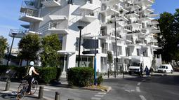 """Foto pada 3 Juni 2019 memperlihatkan sebuah bangunan """"L'arbre blanc"""" (White Tree) di Montpellier, Prancis selatan. L' Arbre Blanc yang berarti pohon putih dalam bahasa Prancis memiliki balkon ulir yang berbentuk mirip cabang pohon. (Pascal GUYOT/AFP)"""