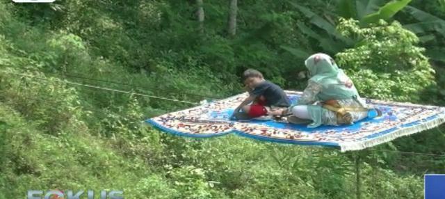 Di tempat wisata ini pengunjung dapat menikmati keindahan alam sambil bermain berbagai macam wahana termasuk karpet terbang.