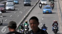 Sejumlah kendaraan melintasi kawasan Sudirman, Sabtu, (30/4). Ditlantas Polda Metro membantah Pelarangan Sepeda Motor di kawasan tersebut tidak boleh melintas pada 1 mei 2016 besok. (Liputan6.com/Johan Tallo)