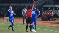 Bojan Malisic mendapat kartu merah pada laga Persib Bandung versus Kalteng Putra di Stadion Si Jalak Harupat, Kabupaten Bandung, Selasa (17/7/2019). (Bola.com/Erwin Snaz)