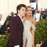 Shawn Mendes dan Hailey Baldwin di Met Gala 2018. (JAMIE MCCARTHY / GETTY IMAGES NORTH AMERICA / AFP)