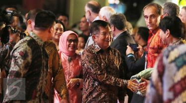 Wakil Presiden RI, Jusuf Kalla saat tiba di Mall Ancol Beach City, Jakarta, Sabtu (8/10). Jusuf Kalla resmi membuka gelaran pesta olahraga tradisional dan rekreasi masyarakat bertaraf internasional TAFISA Games 2016 ke-6. (Liputan6.com/Herman Zakharia)