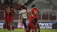Para pemain Timnas Indesia U-16 melakukan selebrasi usai melawan China pada Kualifikasi Piala AFC U-16 2020 di SUGBK, Jakarta, Minggu (22/9). Kedua negara bermain imbang 0-0. (Bola.com/Vitalis Yogi Trisna)