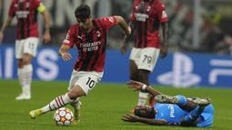 Milan menyerang dari sisi kanan dan bola dibawa masuk Brahim Diaz di kotak penalti. Ia sempat melewati dua pemain lawan dan memberikan bola pada Rafael Leao. (AP/Antonio Calanni)