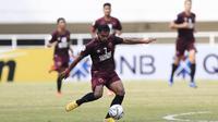 Gelandang PSM Makassar, Zulham Zamrun, bersiap melepas tendangan saat melawan Lao Toyota FC pada laga Piala AFC 2019 di Stadion Pakansari, Bogor, Rabu (13/3). PSM menang 7-3 atas Lao. (Bola.com/M. Iqbal Ichsan)