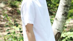 Jin yang memang punya kulit putih, tampak semakin tampan ketika ia mengubah warna rambutnya menjadi blonde. Tak sedikit penggemarnya memuji pesona Jin dengan rambut terangnya itu. (Liputan6/Twitter/@BTS_official)