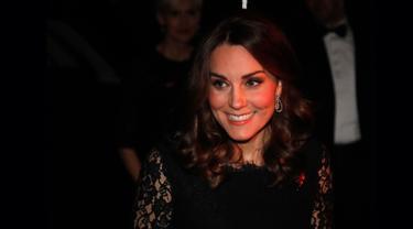 Duchess of Cambridge, Kate Middleton menghadiri acara makan malam dalam sebuah amal yang dihelat organisasi Anna Freud National Centre for Children and Families (AFNCCF) di Kensington Palace, London, Selasa (7/11). (AP/Frank Augstein, pool)