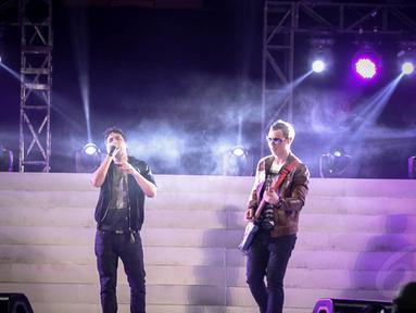 Grup musik Arkarna tampil dalam konser Syukuran Rakyat Salam 3 Jari di kawasan Monas, Jakarta, (20/10/14). (Liputan6.com/Faizal Fanani)