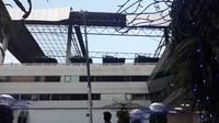 Atap di sisi gedung parkir domestik Terminal 3 Bandara Internasional Soekarno Hatta, terlepas. (Liputan6.com/Pramita Tristiawati)