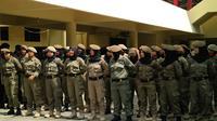 Satpol PP Makassar, Sulawesi Selatan, menurunkan pasukan khusus pemungut sampah saat aksi damai 4 November. (Liputan6.com/Eka Hakim)