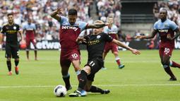 Gelandang Manchester City, Oleksandr Zinchenko, berebut bola dengan gelandang West Ham, Manuel Lanzini, pada laga Premier League di Stadion London, London, Sabtu (10/8). West Ham kalah 0-5 dari City. (AFP/Ian Kington)