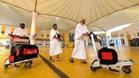 Jemaah haji tiba di Bandara King abdul Aziz, Jeddah, Arab Saudi, Minggu (7/7/2019). Menunaikan ibadah haji merupakan rukun islam ke-5 dan dianggap pondasi wajib bagi orang-orang beriman yang mampu dan merupakan dasar dari kehidupan Muslim. (Amer HILABI/AFP)