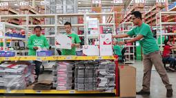 Pekerja tengah melakukan pengepakan di gudang Mataharimall.com di Jakarta, Rabu (20/1/2016). Penetapan E-Commerce menjadi program nasional pemerintah akan diluncurkan akhir Januari 2016. (Liputan6.com/Angga Yuniar)