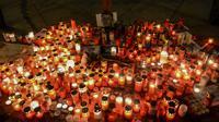 Ratusan lilin dinyalakan di depan foto jurnalis investigasi Slovakia Jan Kuciak di Wenceslas Square di Praha (26/2). Sebelumnya Jan Kuciak dan kekasihnya ditemukan tewas ditembak di rumah yang mereka tempati. (AFP Photo/Michal Cizek)