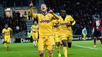 Striker Juventus, Federico Bernardeschi, merayakan gol yang dicetaknya ke gawang Cagliari pada laga Serie A Italia di Stadion Sardegna, Cagliari, Sabtu (6/1/2018). Cagliari kalah 0-1 dari Juventus. (AFP/Miguel Medina)