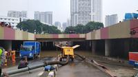 Underpass Kemayoran, Jakarta Pusat masih terendam banjir hingga Minggu (26/1/2020) siang. (Liputan6.com/Ika Defianti)