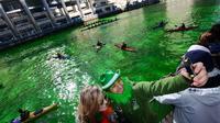 Air di sungai utama di Chicago berubah warna menjadi hijau dalam perayaan Hari Santo Patrick, 17 Maret 2018 (Paul Beaty/AP)
