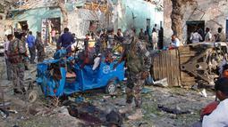Pasukan keamanan berjaga di lokasi ledakan di luar Hotel Weheliye, Mogadishu, Somalia, (22/3). Kelompok teroris Ash-Shabaab, yang berafiliasi jaringan Al-Qaeda, mengaku bertanggung jawab atas serangan tersebut. (AP Foto/Farah Abdi Warsameh)
