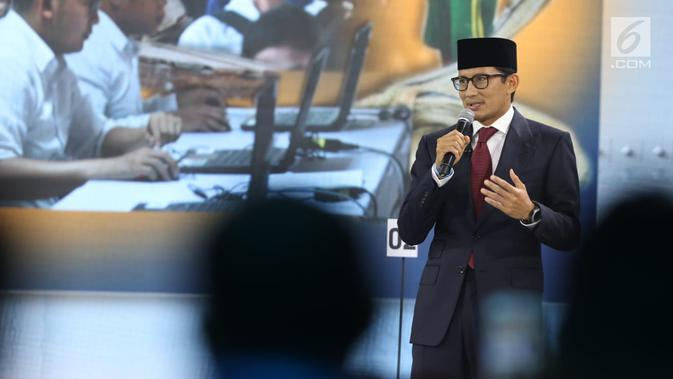 Cawapres nomor urut 02 Sandiaga Uno menyampaikan pendapatnya saat debat cawapres 2019 di Hotel Sultan, Jakarta, Minggu (17/3). (Liputan6.com/Johan Tallo)