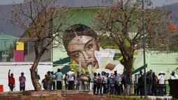 Warga mengantre untuk mendapat kesempatan mencoba sistem angkutan umum baru yang disebut Cablebus di luar stasiun Revolucion Campos, Cuautepec, utara Mexico City, Meksiko, Kamis (4/3/2021). Sistem baru ini akan mengubah perjalanan ke stasiun kereta bawah tanah terdekat. (AP Photo/Rebecca Blackwell)