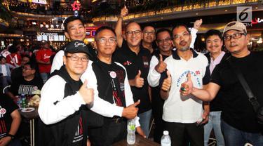 Wakil Ketua Tim Kampanye Nasional (TKN) Joko Widodo-Ma'ruf Amin, Rosan Roeslani (tengah) foto bersama dengan para bloger, relawan millenials pada nobar Debat Kedua Capres di Kemang Village, Jakarta, Minggu (17/2). (Liputan6.com/HO/Dodi)