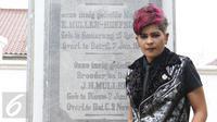 Gitaris The Virgin, Mita berpose usai melakukan proses pembuatan video klip di Museum Taman Prasasti, Jakarta, Sabtu (23/1/2016). Nuansa gothic begitu kental di video klip 'Bungkam' ini. (Liputan6.com/Herman Zakharia)
