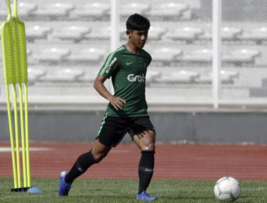 Pemain Timnas Indonesia U-22, Firza Andika, mengontrol bola. (Bola.com/Yoppy Renato)