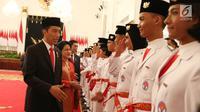 Presiden Jokowi didampingi Ibu Iriana dan sejumlah menteri saat mengukuhkan Pasukan Pengibar Bendera Pusaka (Paskibraka) Nasional 2017 di Istana Negara, Jakarta, Selasa (15/8). (Liputan6.com/Angga Yuniar)
