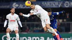 Striker Juventus, Cristiano Ronaldo, menyundul bola saat melawan Hellas Verona pada laga Serie A di Stadion Marc'Antonio Bentegodi, Sabtu (8/2/2020). Juventus kalah 1-2 dari Hellas Verona. (AFP/Marco Bertorello)
