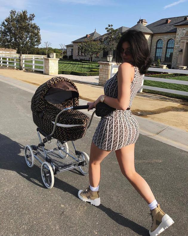 Bahkan mahmud (mamah muda) yang satu ini juga berdandan seksi dengan memakai mini dress ketat saat sedang mengasuh anaknya../Copyright instagram.com/kyliejenner