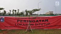Spanduk penyegelan terpampang di depan pintu masuk proyek reklamasi Pulau D, Teluk Jakarta, Kamis (7/6). Pemprov DKI Jakarta menyegel 932 bangunan yang berdiri di Pulau D lantaran tidak memiliki izin mendirikan bangunan (IMB). (Liputan6.com/Iqbal Nugroho)