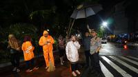 Wali Kota Surabaya Tri Rismaharini bersama Kapolrestabes Surabaya Sandi Nugroho pantau banjir. (Foto: Liputan6.com/Dian Kurniawan)