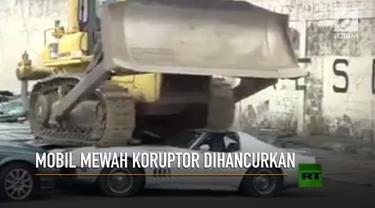 Presiden Filipina, Rodrigo Duterte menghancurkan sejumlah mobil mewah milik koruptor.