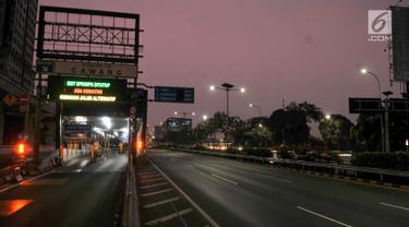 Suasana Gerbang Tol Cawang yang ditutup saat demonstrasi mahasiswa di depan Gedung DPR/MPR, Jakarta, Selasa (24/9/2019). PT Jasa Marga menutup jalan Tol Dalam Kota Cawang-Tomang guna menjaga keselamatan dan keamanan pengguna jalan. (merdeka.com/Iqbal S Nugroho)