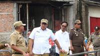 Wakil Wali Kota Bekasi Tri Adhianto meninjau lokasi banjir di Medansatria, Senin (2/3/2020). (Liputan6.com/Bam Sinulingga)