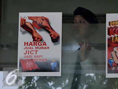 Poster penolakan perpanjangan pengelolaan JICT ditempel di sekitar lokasi aksi Tanjung Priok, Jakarta, Selasa (28/7/2015). Mereka menilai perpanjangan konsesi melanggar UU. (Liputan6.com/JohanTallo)